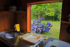 Vista desde la cocina de bungalow. Camping Los Pradones.