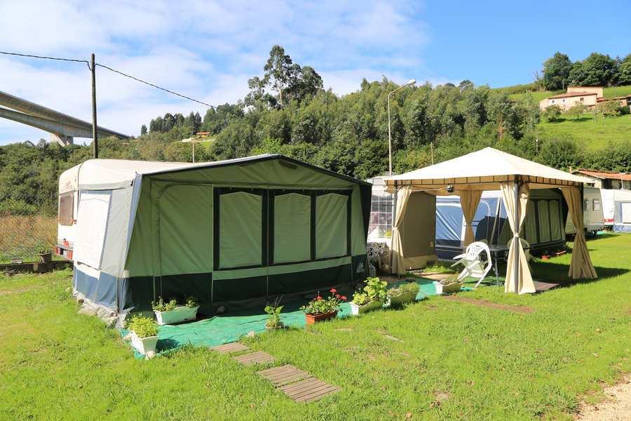 Parcela con caravana en el camping Los Pradones.